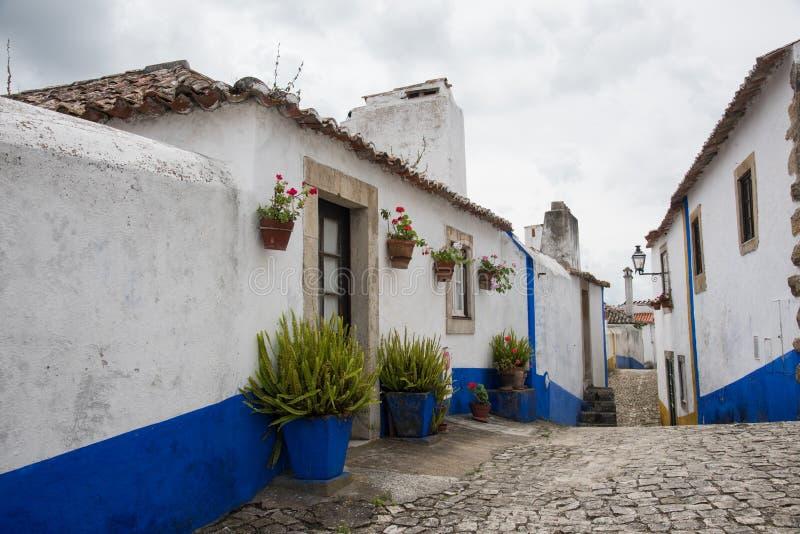 Traditionell medeltida gata i Obidos, Portugal arkivfoto