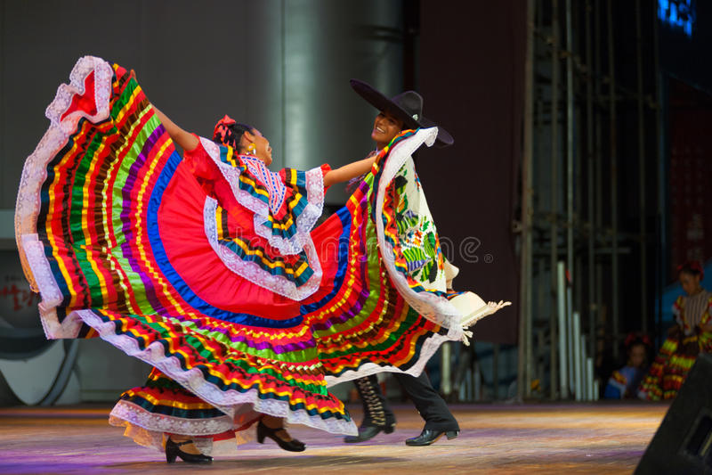 Traditionell mexicansk dansare Red Dress Spreading arkivbilder