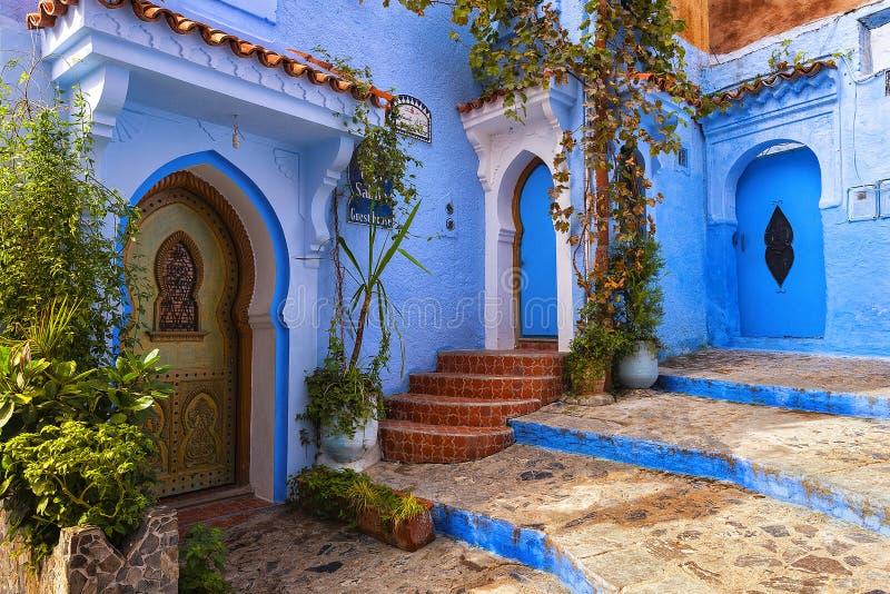 Traditionell moroccan borggård i Chefchaouen den blåa staden medina i Marocko royaltyfri foto
