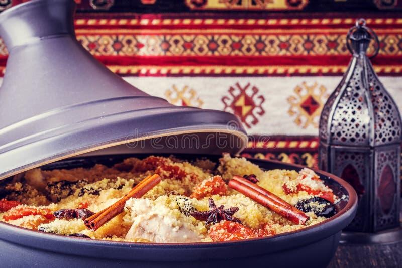 Traditionell moroccan tajine av höna med torkad frukter och spi royaltyfria bilder