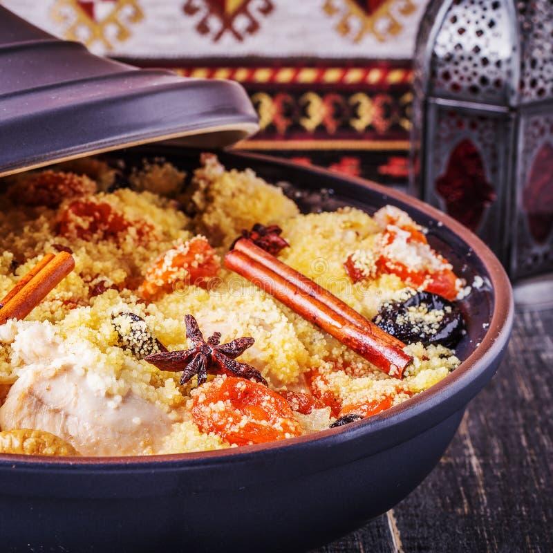 Traditionell moroccan tajine av höna med torkad frukter och spi arkivfoton