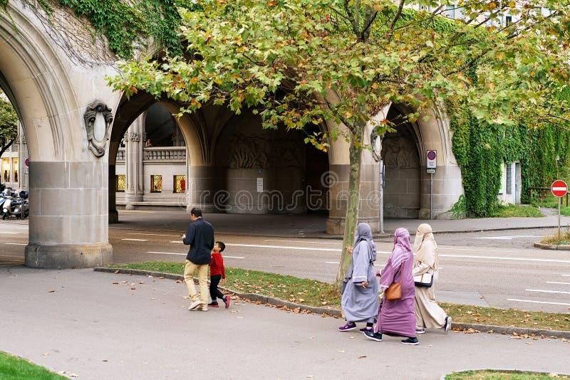 Traditionell muslimfamilj med kvinnor i hijabs Zurich royaltyfria foton