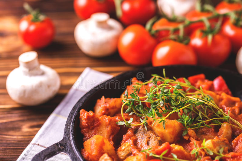 Traditionell närbild för gulaschsoppa på trätabellen ingredienser royaltyfri foto