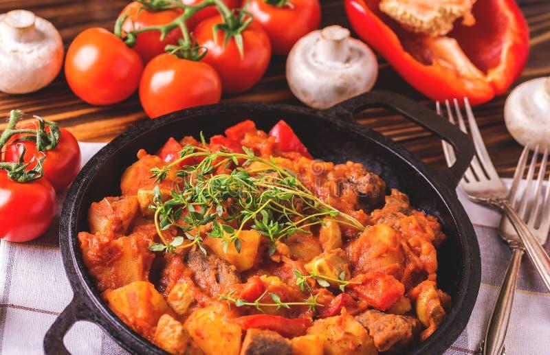 Traditionell närbild för gulaschsoppa på trätabellen ingredienser royaltyfria bilder
