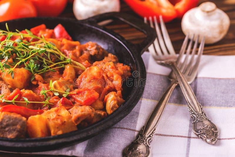 Traditionell närbild för gulaschsoppa på trätabellen ingredienser arkivfoton