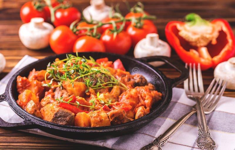 Traditionell närbild för gulaschsoppa på trätabellen ingredienser fotografering för bildbyråer