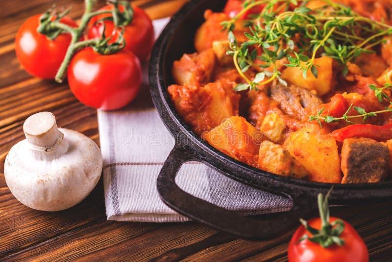 Traditionell närbild för gulaschsoppa på trätabellen ingredienser arkivbilder