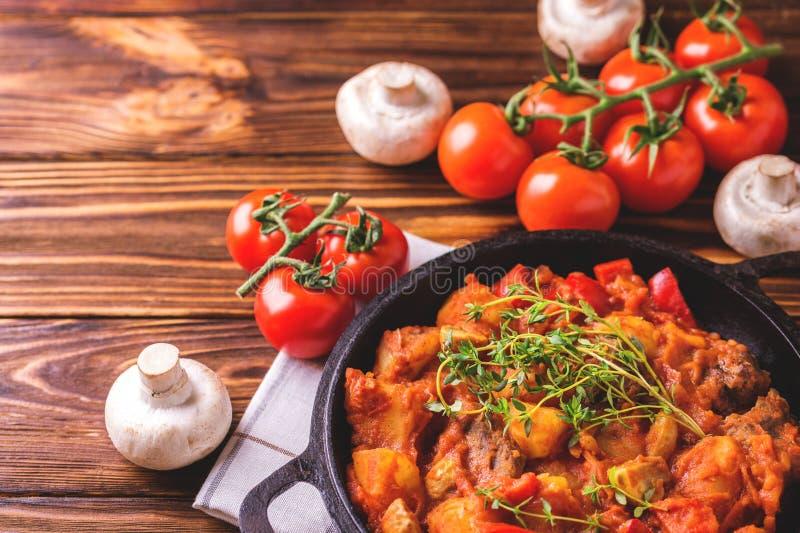 Traditionell närbild för gulaschsoppa på trätabellen ingredienser arkivfoto