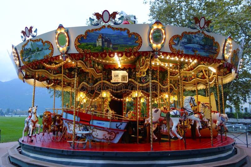 Traditionell nöjesplatskarusell i Annecy, Frankrike arkivbild