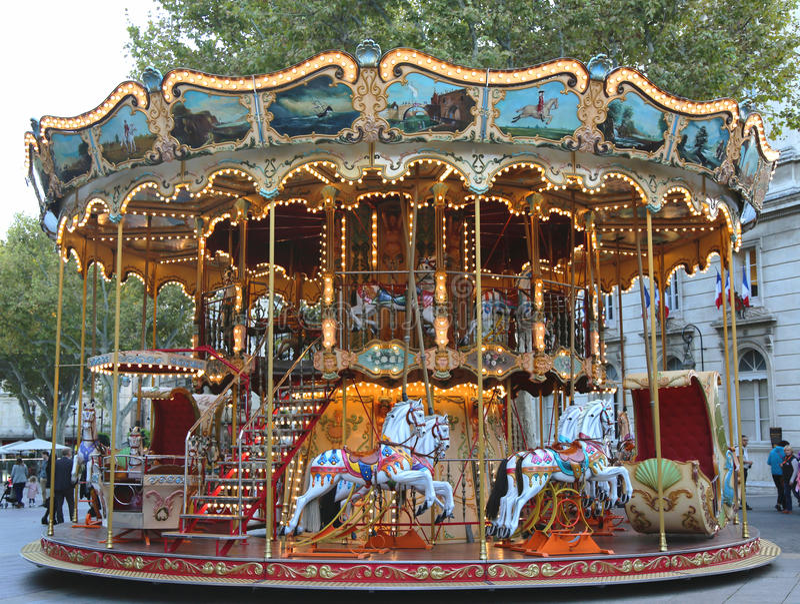 Traditionell nöjesplatskarusell i Avignon, Frankrike royaltyfri bild