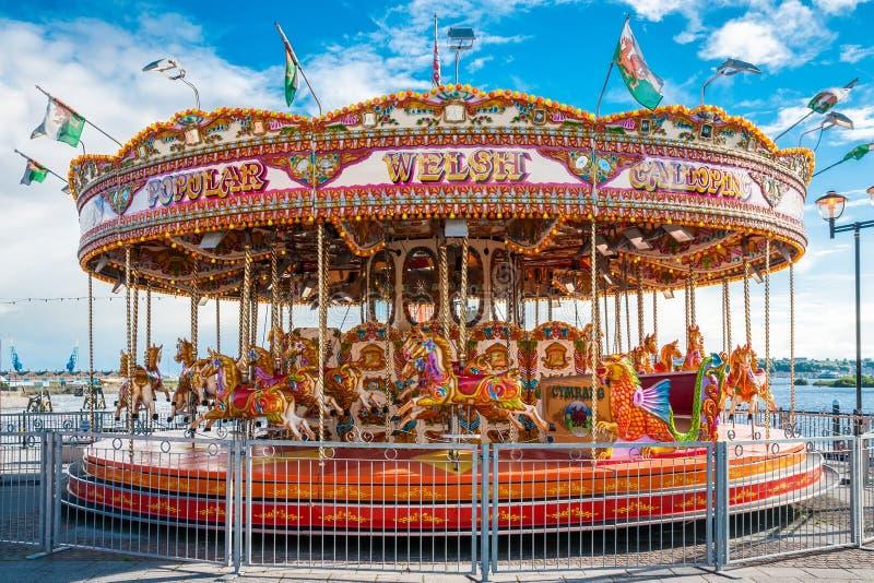 Traditionell nöjesplatstappningkarusell i Cardiff royaltyfri fotografi