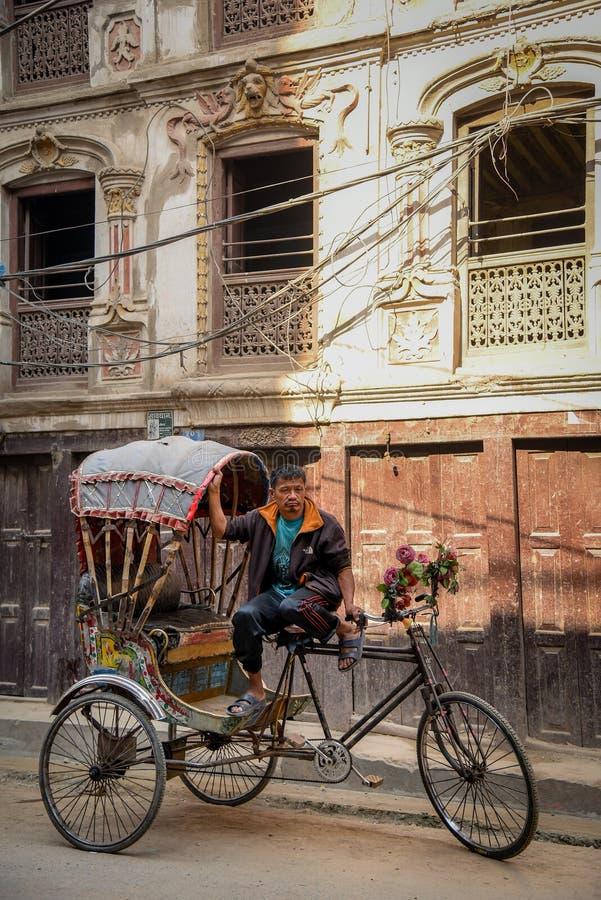Traditionell nepalese rickshaw i Katmandu arkivfoton
