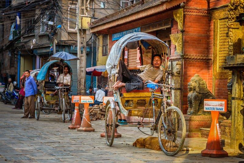 Traditionell nepalese rickshaw som parkeras på gatan, Katmandu, Nepal royaltyfri fotografi
