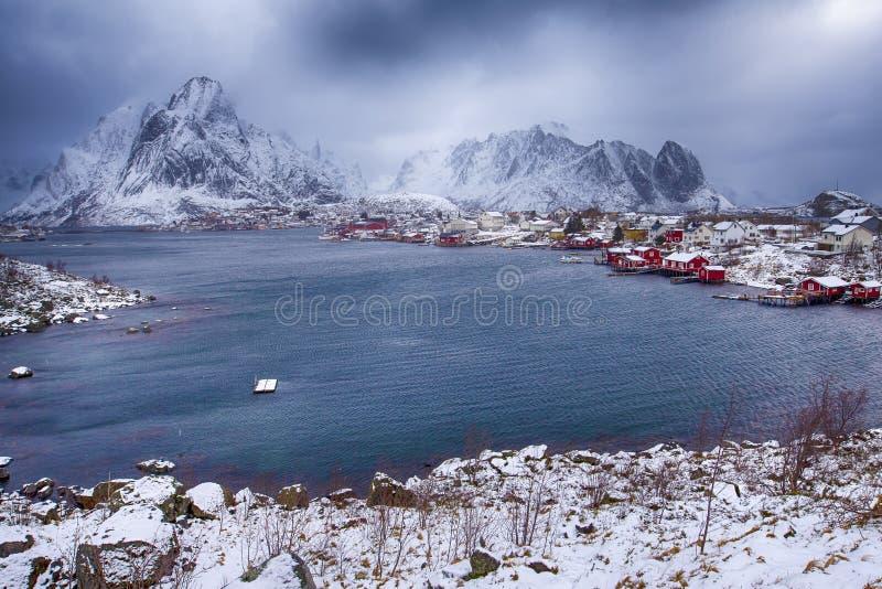 Traditionell norrman Reine Village At One av hamnarna av Lofoten arkivfoto