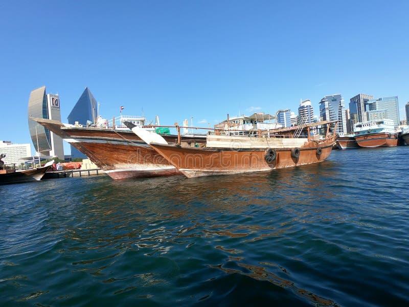 Traditionell och gammal träfiskebåt som parkeras i fjärdliten vik royaltyfri foto