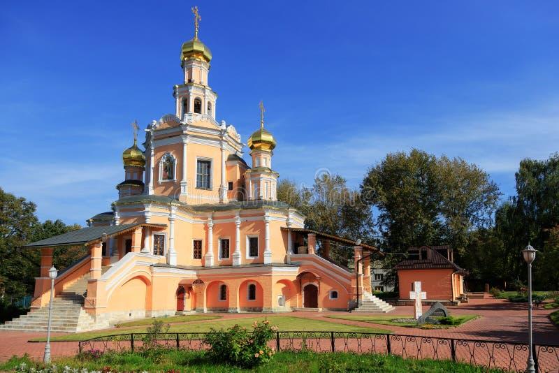 Traditionell ortodox tempel med guld- kupoler mot den blåa himlen arkivfoton