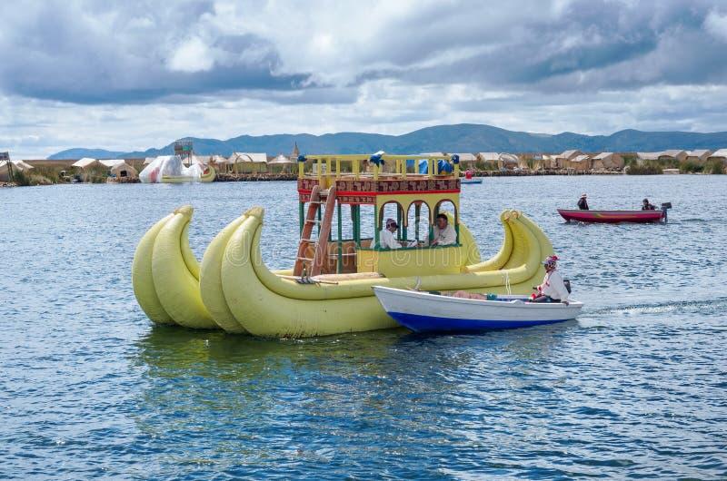 Traditionell by på att sväva öar på sjön Titicaca i Peru arkivbild