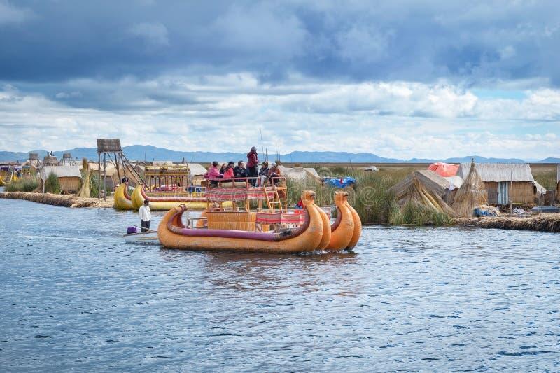 Traditionell by på att sväva öar på sjön Titicaca i Peru arkivbilder