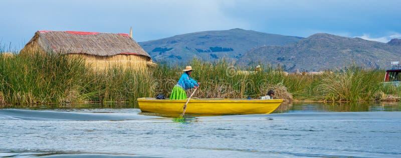 Traditionell by på att sväva öar på sjön Titicaca i Peru royaltyfri foto