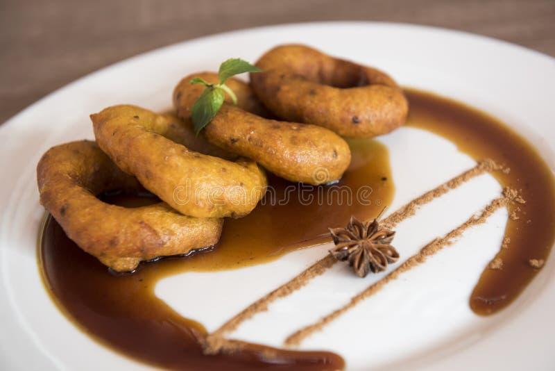 Traditionell peruansk efterr?tt Picarones Gjort av s?tpotatis-, pumpa- och vetemj?l Stekte tj?nade som fikontr?d f?r en whithonun arkivbild