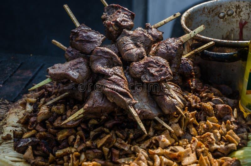 Traditionell peruansk mat kallade anticuchos arkivbild