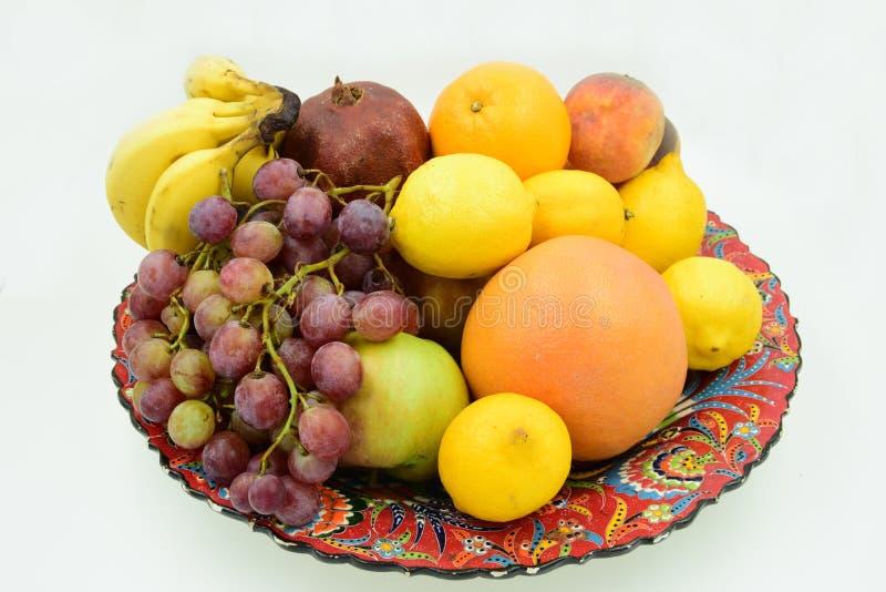 Traditionell platta som fylls med frukter royaltyfria foton