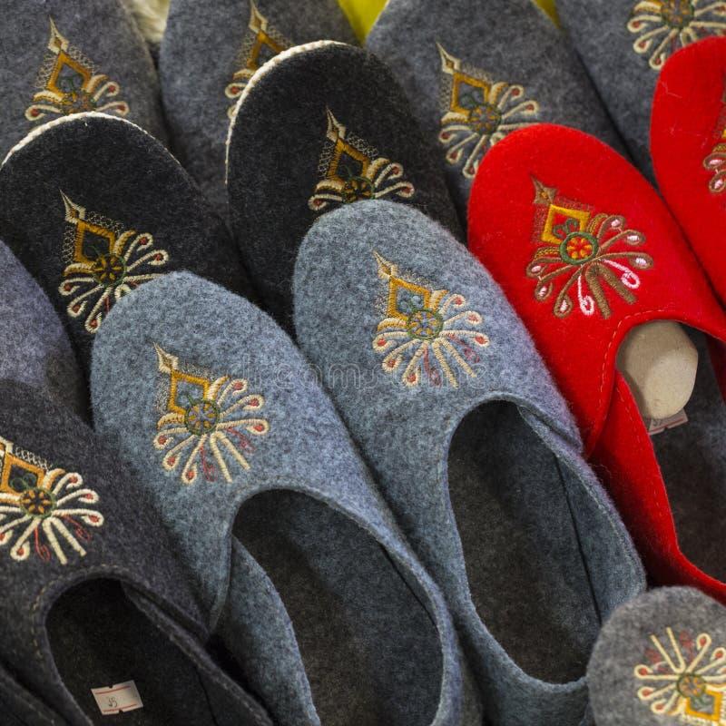 Traditionell polsk läderhäftklammermatare på marknad i Zakopane, Polen arkivfoton
