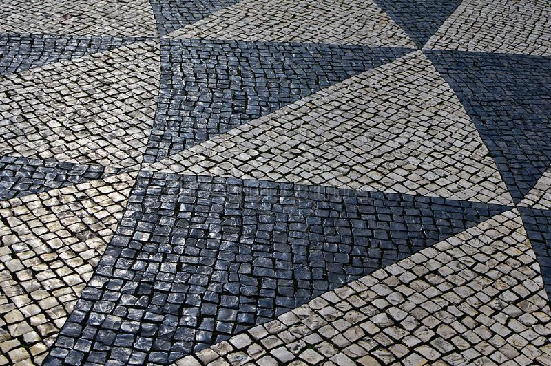 Traditionell portugis stenar mosaikcalcade med basaltet och limefrukt royaltyfri foto