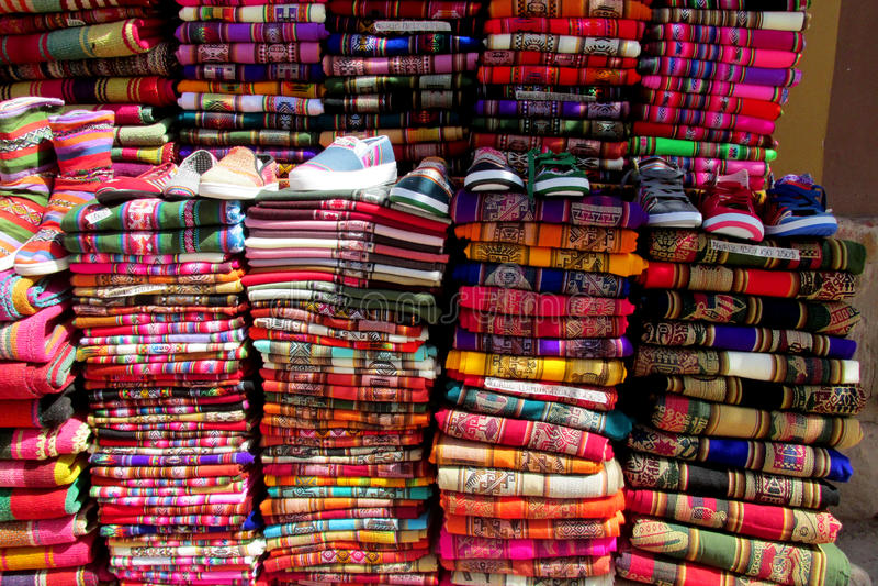 Traditionell quechua färgrik textil arkivbild