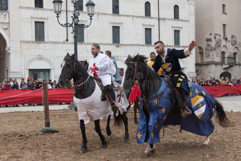 Traditionell riddareturnering på berömmar av Caterina Cornaro kommer till staden, medeltida festival i Brescia, Lombardy, royaltyfri foto