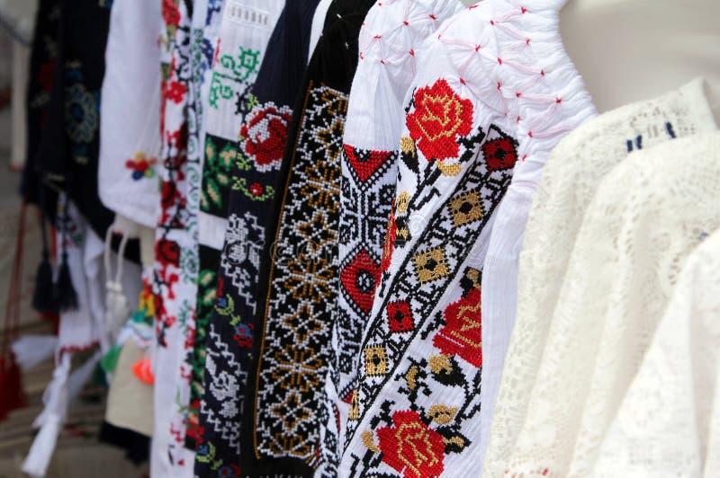 Traditionell romanian broderi på folk kläder royaltyfria foton
