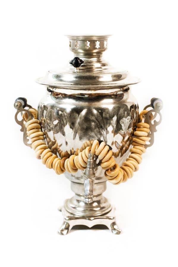 Traditionell rysk gammal samovar för te som dricker med smakliga baglar arkivfoto