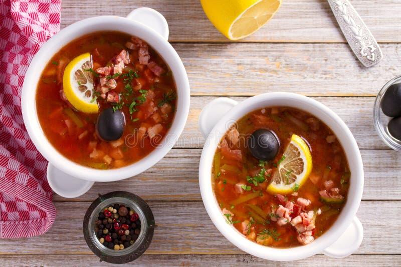 Traditionell rysk maträtt solyanka - tjock, kryddig och sur saltwortsoppa arkivfoton