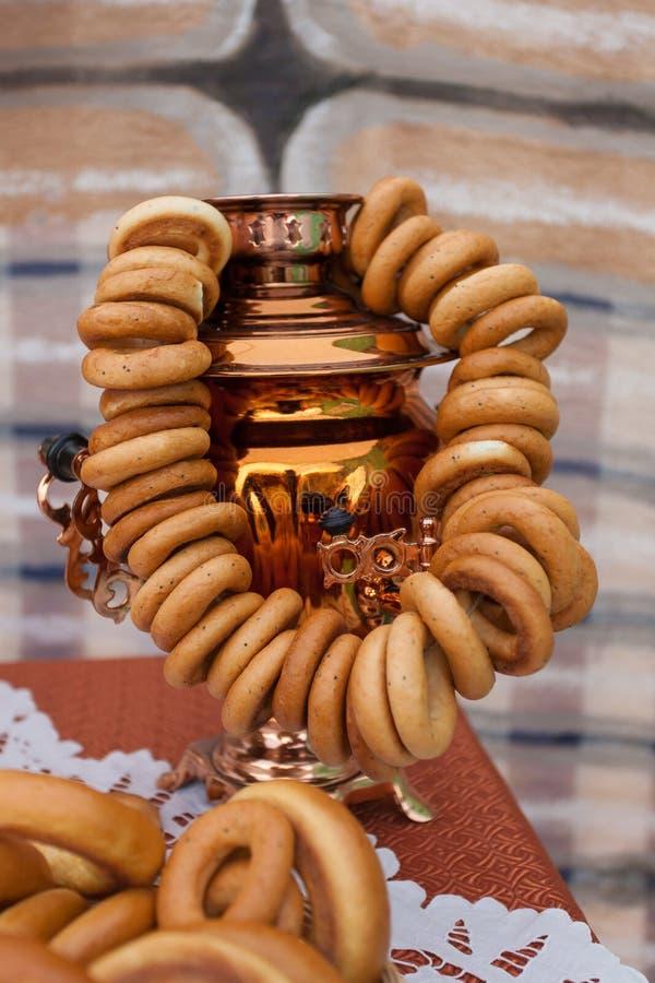 Traditionell rysk samovar på bakgrunden av kojan Baglar som torkar royaltyfria bilder