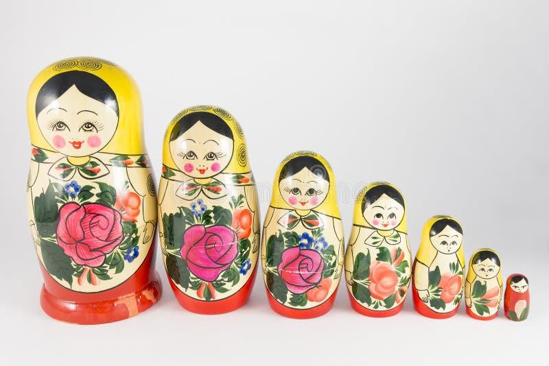 Traditionell ryss som sju bygga bo dockor som i rad stiger ned royaltyfri bild