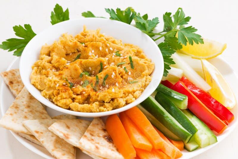 traditionell såshummus med nya grönsaker, pitabröd royaltyfri fotografi