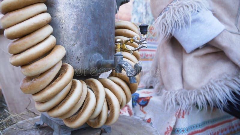 Traditionell samovar med baglar gem Traditionell rysk mässingssamovar, ett symbol av gästfrihet Frasiga baglar som torkar royaltyfri foto