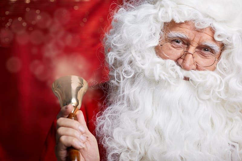 Traditionell Santa Claus ringning på en klocka, begreppsxmas royaltyfria foton