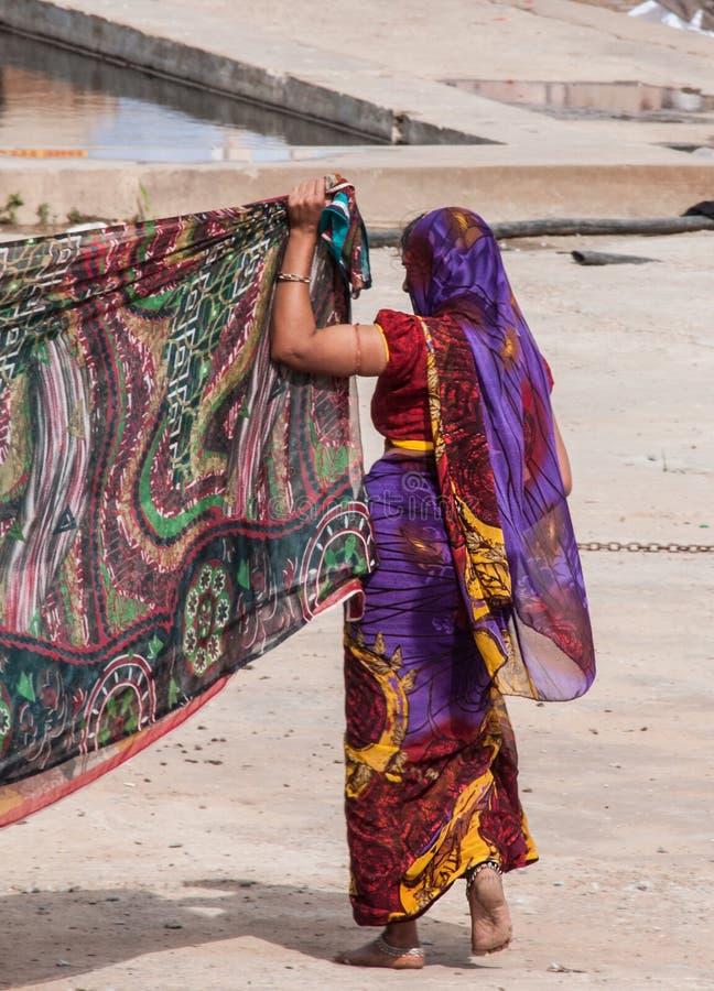 Traditionell sariklänning i Indien med härliga färger royaltyfri bild