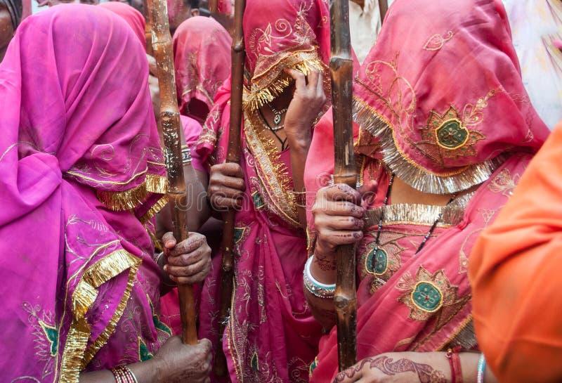 Traditionell sariklänning i Indien med härliga färger under den Lathmar Holi festivalen arkivfoton