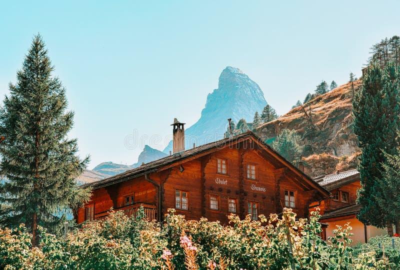 Traditionell schweizisk chalet i Zermatt med den Matterhorn toppmötet, Schweiz i sommar royaltyfri fotografi