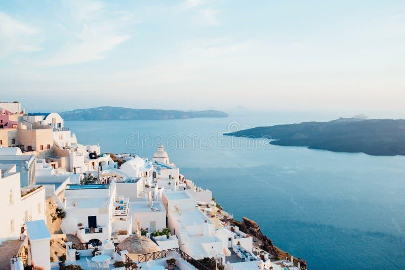 Traditionell sikt av ön av Santorini på solnedgången med vit- och blåtthus royaltyfria bilder
