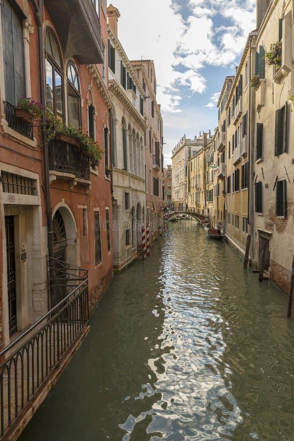 Traditionell smal kanal med gondoler i Venedig, Italien arkivfoto