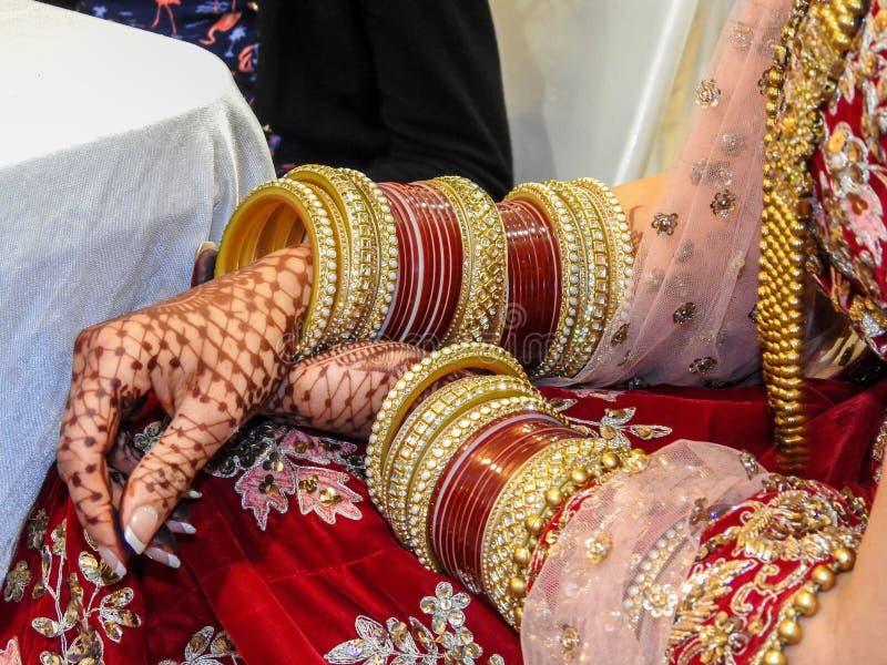 Traditionell smycken, henna och klänning av precis den gifta östliga indiska kvinnan royaltyfria foton