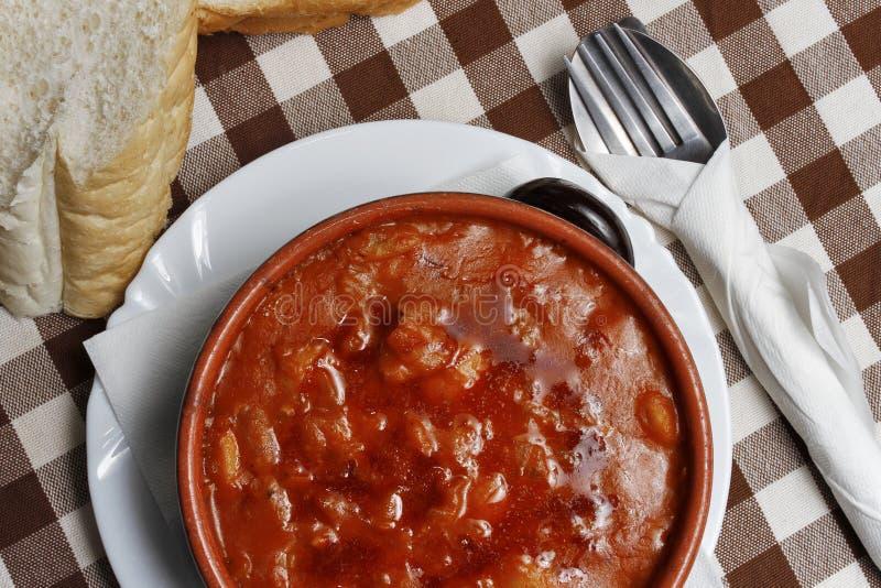 Traditionell soppa för Balkan pasuljböna med bröd arkivfoto