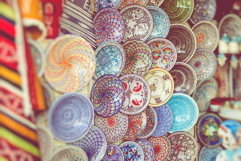 Traditionell souvenir i den tunisian marknaden, Tunisien Selektivt fokusera arkivbild