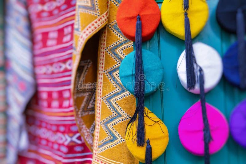 Traditionell souvenir i den tunisian marknaden, Tunisien Selektivt fokusera royaltyfria foton