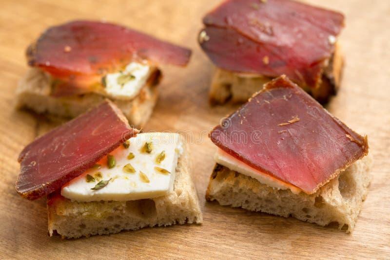 Traditionell spanjormaträtt (Tapas) - salt torr tonfisk royaltyfria foton