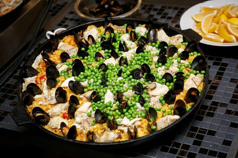 Traditionell spansk paella med skaldjur och höna arkivbilder