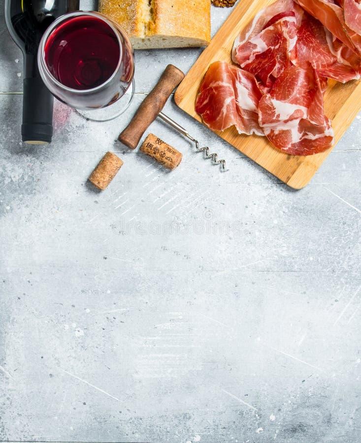 Traditionell spansk skinka med ciabatta och rött vin arkivfoto